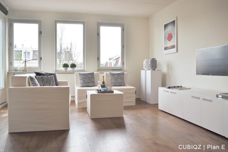 19 . Verkoopstyling met CUBIQZ kartonnen meubels. De TV fotoprint kan ook aan de wand worden bevestigd