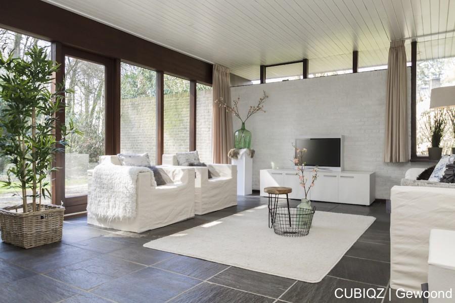 15 . Verkoopstyling met CUBIQZ kartonnen meubels. Zuil van karton met verstevigingskruis en TV meubel dubbel met fotoprint in wit