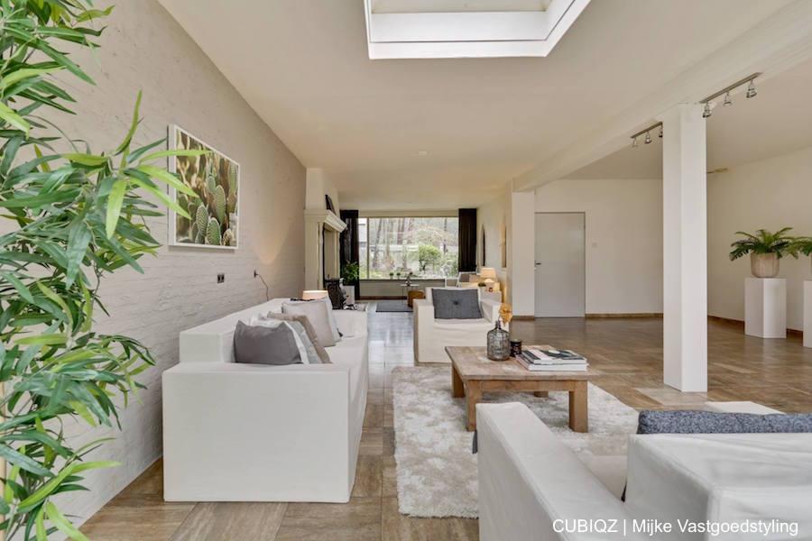 4. Verkoopstyling met CUBIQZ kartonnen meubelen. 3-zitsbank  en fauteuils off white