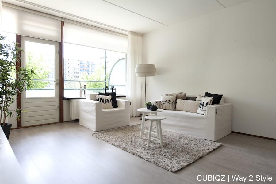 18 . Verkoopstyling met CUBIQZ kartonnen meubels. De zwart/wit combinatie van accessoires met de Off White hoezen make deze presentatie compleet